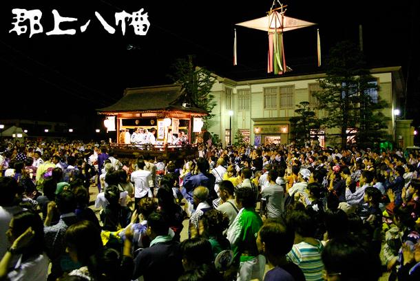 http://www.gujohachiman.com/kanko/gujo_odori_images/odori_castle_large.jpg